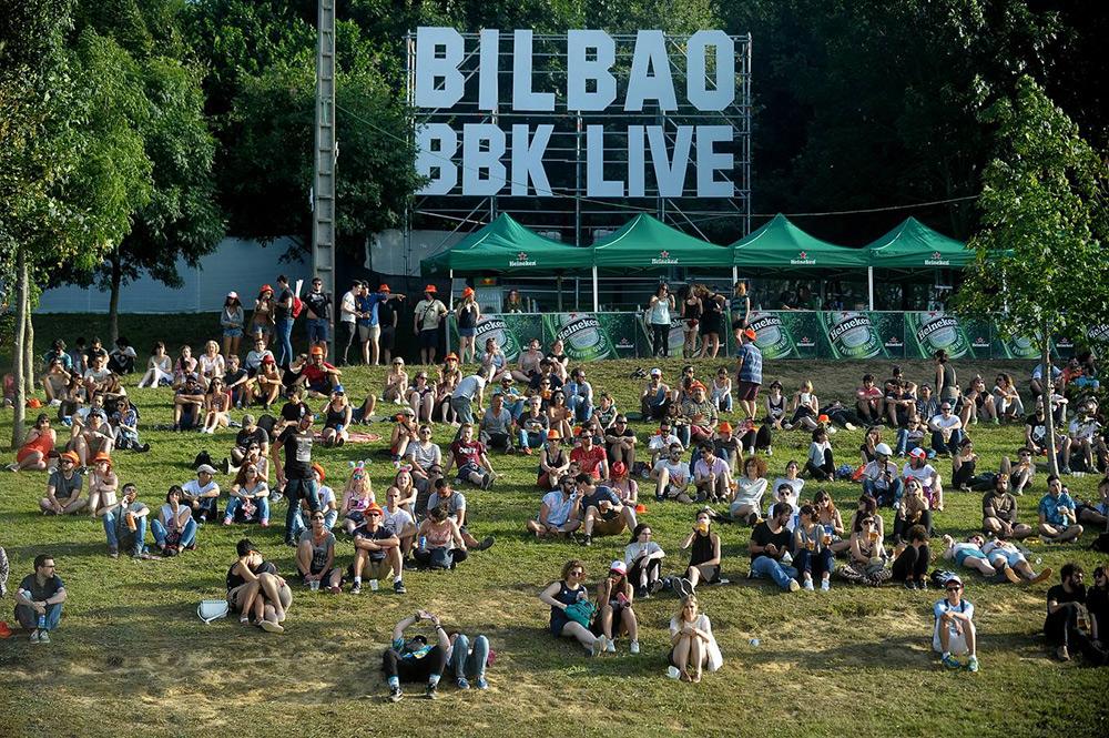 El público del BBK Live descansa entre actuaciones ©El Correo Bilbaíno
