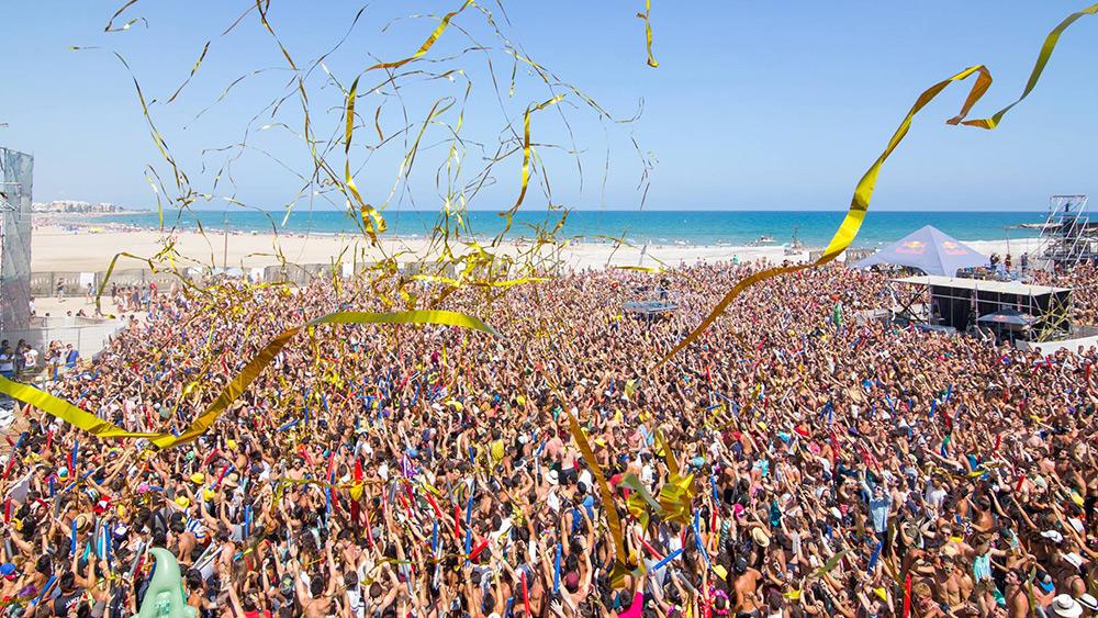 El público del Arenal Sound junto a la playa ©Impasse Magazine