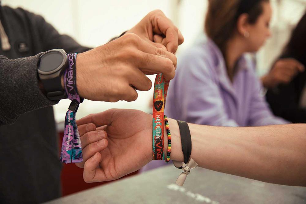 Un asistente canjea su entrada por una pulsera ©Nerea Coll / Viña Rock